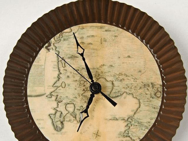 Bản đồ với đồng hồ treo tường