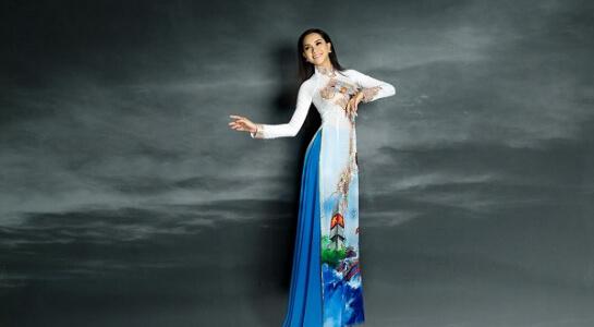 Thùy Dương mặc áo dài với bản đồ Việt Nam