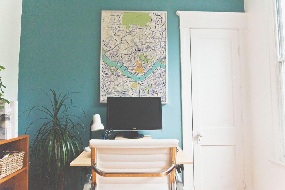 Dùng bản đồ thế giới khổ lớn trang trí không gian nhà
